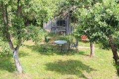 Sitzplatz unter den Obstbäumen